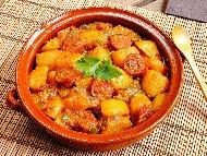 Рецепта Селска яхния с картофи и варена пушена наденица със замразен грах, лук, чесън, домати и подправки